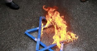 A Star of David burns in flames during a protest against Israeli attacks on Gaza in front of the Israeli embassy in Ankara in this December 28, 2008 file photo. Turkey's centuries-old Jewish community says it is alarmed by anti-Semitism that emerged during protests at Israel's Gaza assault, and is questioning how this reflects its status in the predominantly Muslim republic.  To match feature TURKEY-ANTISEMITISM/    REUTERS/Umit Bektas/Files (TURKEY)
